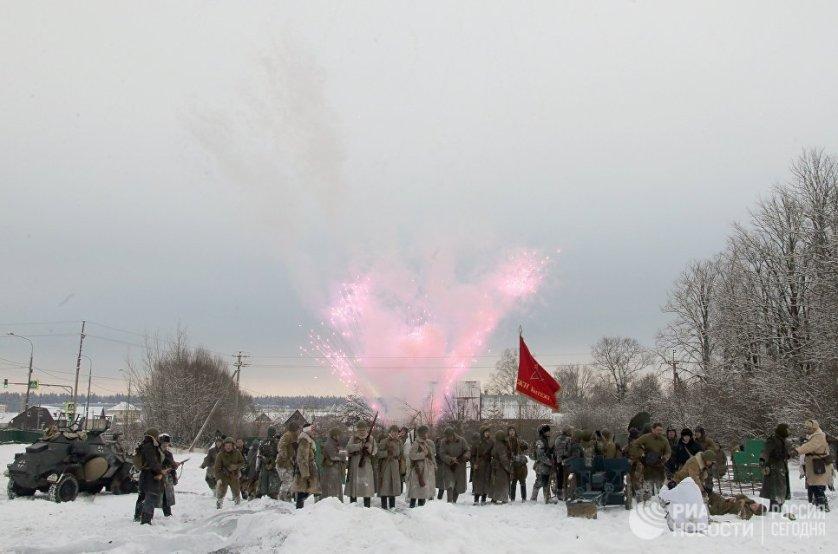 """Участники военно-исторического фестиваля """"Главный рубеж"""" реконструировали один из боев в ходе контрнаступления советской армии в декабре 1941 года."""