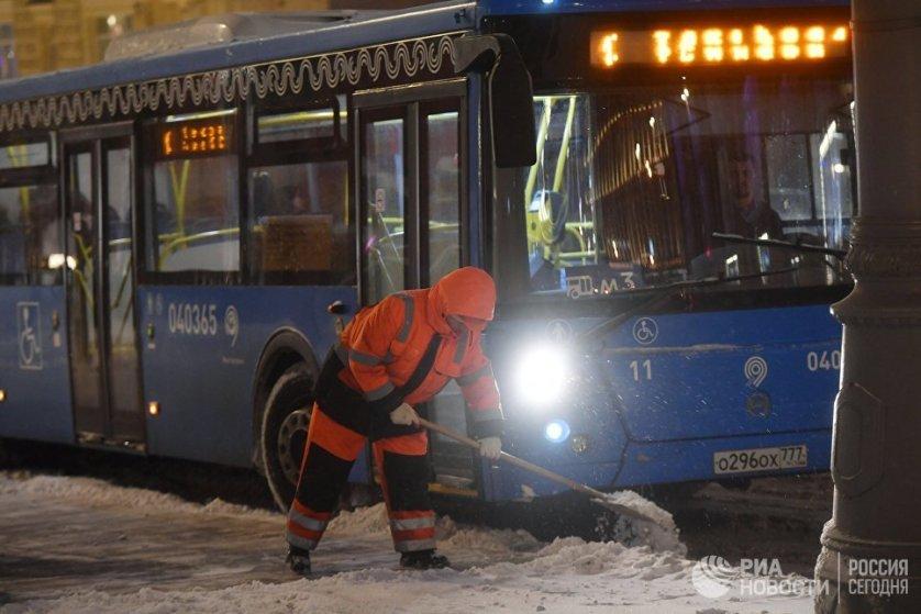 В понедельник столичных коммунальщиков и энергетиков перевели в круглосуточный режим работы из-за сильного снегопада и штормового ветра.