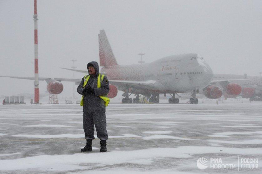 """Снегопад в аэропорту """"Внуково""""."""