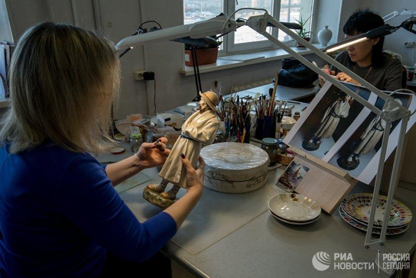 Сотрудницы производственного цеха на Императорском Фарфоровом заводе в Санкт-Петербурге.