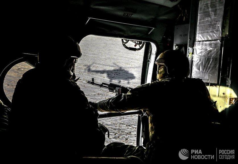 Военнослужащие Вооруженных сил Украины в вертолете во время рабочей поездки президента Украины Петра Порошенко в Донецкую область.