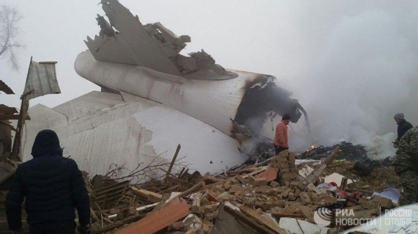 Президент Киргизии поручил МЧС оказать всю необходимую помощь семьям погибших и пострадавшим в результате авиакатастрофы и активизировать работу спасателей в районе крушения самолета для ликвидации последствий трагедии.