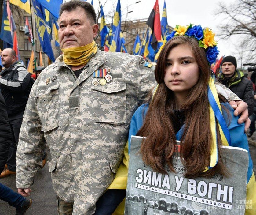 Представители украинских националистических организаций прошли маршем к зданию Верховной рады, где провели митинг, приуроченный к третьей годовщине гибели людей в ходе беспорядков в центре Киева в 2014 году.