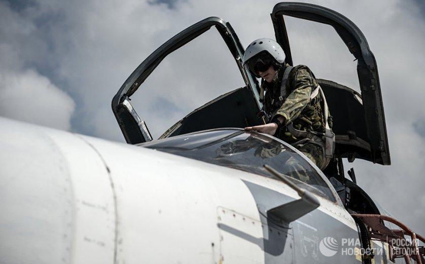 """Российский фронтовой бомбардировщик Су-24 готовится к вылету с авиабазы """"Хмеймим"""" в сирийской провинции Латакия."""