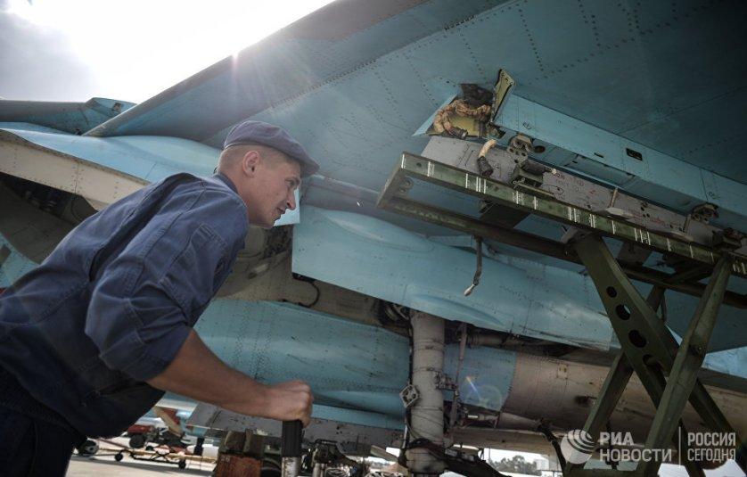 """Техник во время обслуживания многофункционального истребителя-бомбардировщика Су-34 на авиабазе """"Хмеймим""""."""