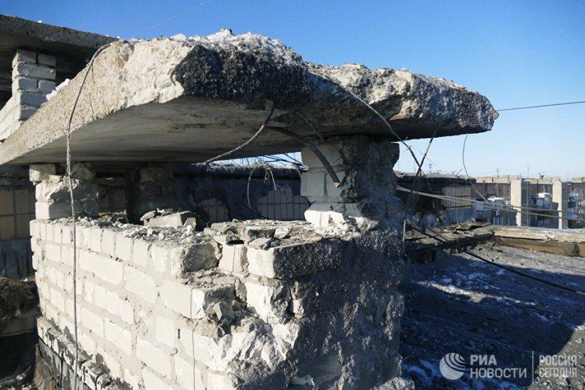 Поврежденная крыша 9-ти этажного жилого здания на улице Куйбышева в Донецке.
