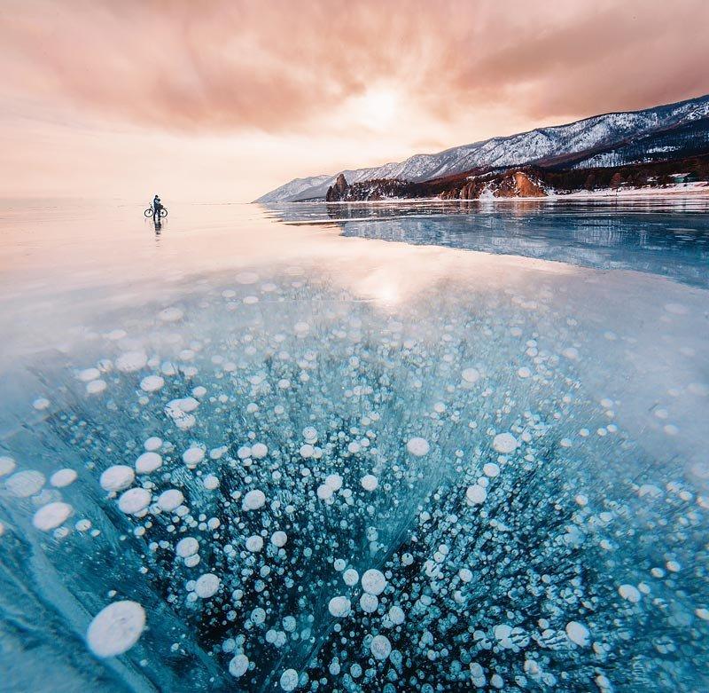 В открытой воде озера также идет невидимый поначалу для глаза процесс кристаллизации льда. Вода не может замерзнуть полностью из-за постоянного волнового перемешивания, но в ней образуются крошечные кристаллы льда в форме линз или иголок.