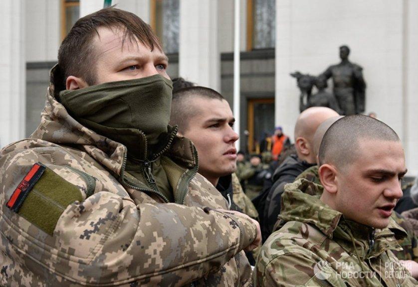 Во время акции протеста здание украинского парламента взяли в оцепление большое количество полицейских и бойцов национальной гвардии.