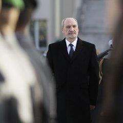 Министр обороны Польши запретил руководителям армии общаться с президентом