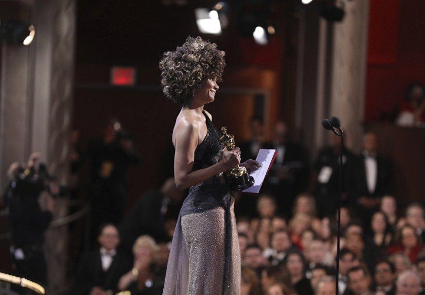 """Обладательница """"Оскара"""" 2002 года за фильм """"Бал монстров"""" Холли Берри в этом году на церемонии вручала награду киноакадемии лучшему режиссеру, которым стал Дэмьен Шазелл (""""Ла-Ла Ленд"""")."""
