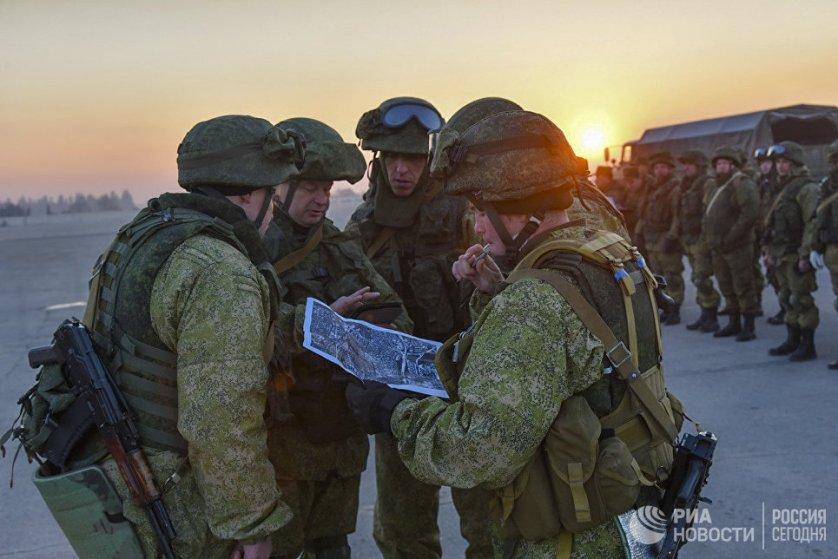 Военные инженеры сводного отряда Международного противоминного центра Вооруженных сил РФ разминируют восточные районы Алеппо.