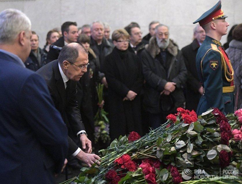 Траурную церемонию посетил Сергей Лавров. Он передал вдове Виталия Чуркина орден Мужества, которым его посмертно наградил Владимир Путин.