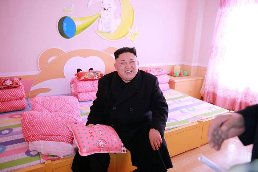 Северокорейский лидер Ким Чен Ын во время посещения Пхеньянской начальной школы для сирот, КНДР.