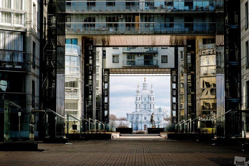 Современный Санкт- Петербург все более превращается в город социальных и архитектурных контрастов. На фотографии, сделанной из здания Музея истории телефона, вид на Смольный Собор. Музей расположился в современном здании в стиле хай-тек, Смольный собор построен в стиле пышного елизаветинского барокко.