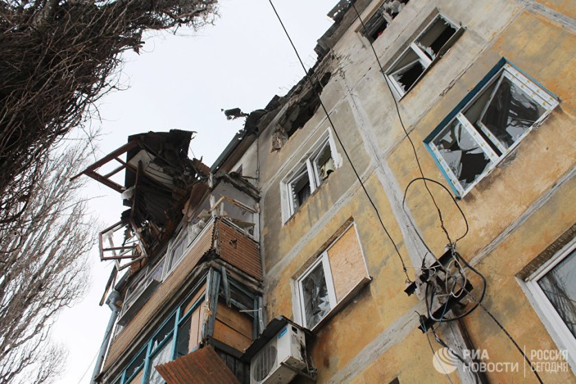 Дом, пострадавший в результате обстрела украинскими силовиками, в Донецке.