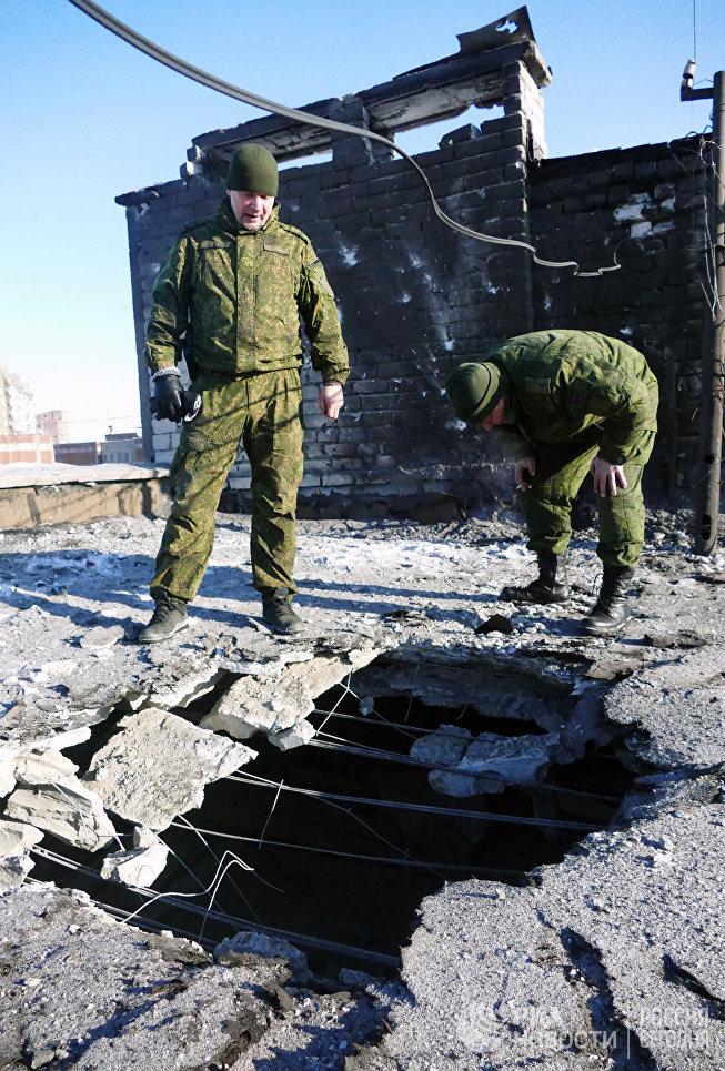 Из-за обстрела силовиков в Донецке была обесточена шахта имени Засядько. В тот момент под землей находились более 200 человек. Позже их всех удалось вывести на поверхность. На фото: поврежденная крыша 9-ти этажного жилого здания на улице Куйбышева в Донецке, пострадавшая в результате обстрела.