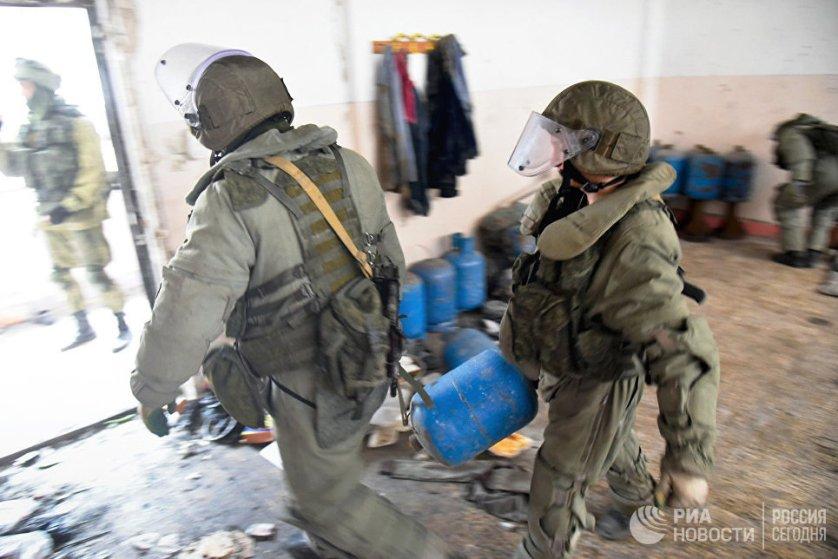 В Генштабе ВС России отмечают, что действующие в Сирии террористические группировки стали чаще использовать изощренные способы минирования, поэтому стоящие перед российскими саперами задачи сейчас в разы сложнее, чем были, например, в Афганистане.