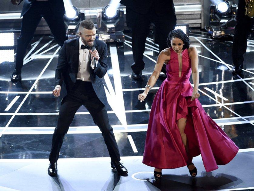 """Композиция из мультфильма """"Тролли"""" """"Can't Stop the Feeling"""" в исполнении Джастина Тимберлейка претендовала на """"Оскар"""" в категории """"Лучшая песня"""", однако эта награда досталась композиции из фильма """"Ла-ла Ленд""""."""