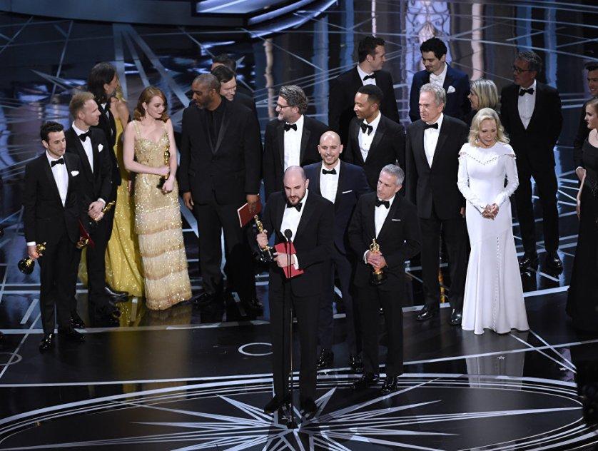 """Продюсер Джордан Хоровиц и вся съемочная группа ленты """"Ла-Ла Ленд"""" вышла на награждение, после того, как легендарные актеры Уоррен Битти и Фэй Данауэй назвали этот фильм лучшим по мнению киноакадемии. Однако вскоре выяснилось, что это была ошибка."""