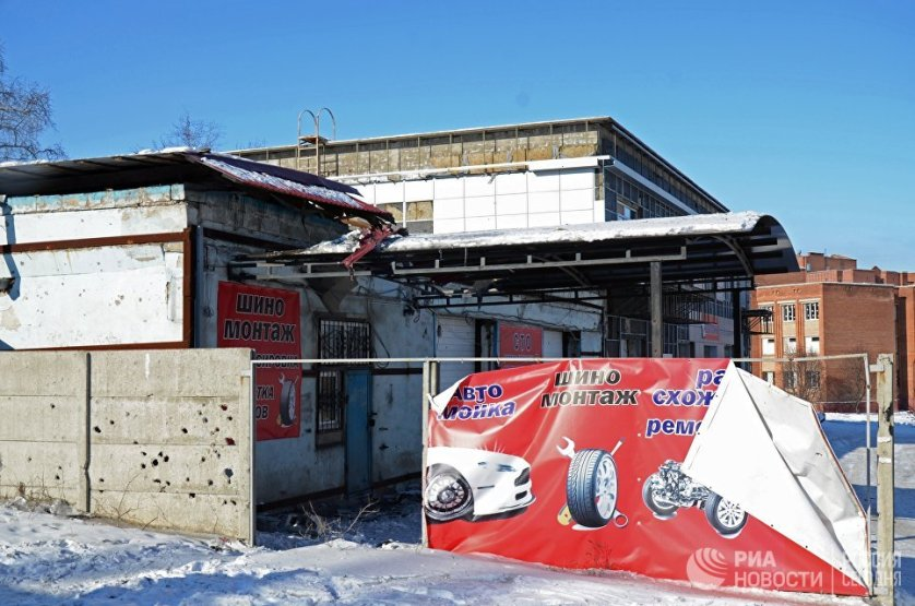 Станция техобслуживания, пострадавшая от обстрела.