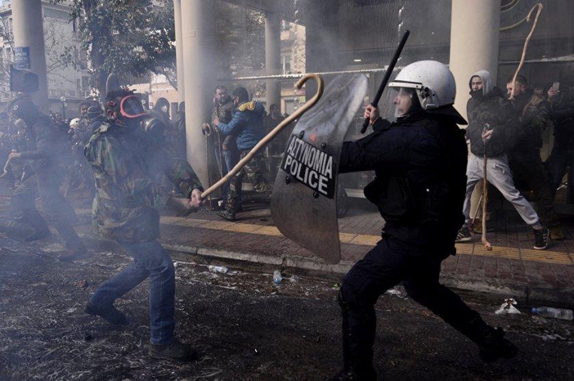 Около тысячи греческих фермеров приняли участие в протестах против повышения налогов. Афинская полиция применила против них слезоточивый газ.