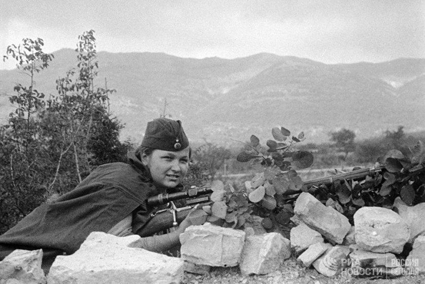 Снайпер Елизавета Миронова в составе 255-й Краснознамённой бригады морской пехоты Черноморского флота принимает участие в сражении за Малую землю. Она погибла во время боев за Новороссийск через несколько дней, после того, как было сделано это фото. 1 сентября 1943 года.