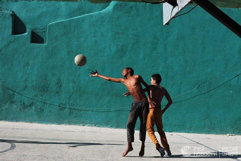 """Мальчики играют в баскетбол в жилом районе """"Старая Гавана""""."""