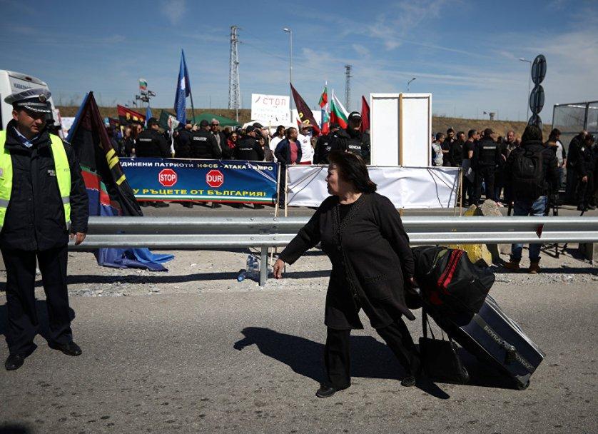 """Женщина пересекает границу между Турцией и Болгарией во время акции протеста на КПП """"Капитан Андреево"""". 24 марта 2017 года"""