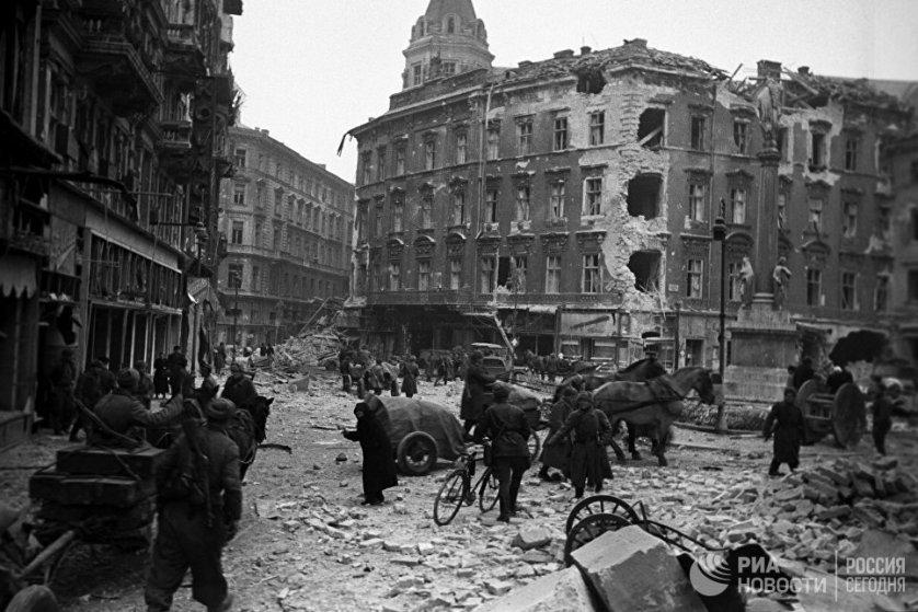 В одном из кварталов освобожденного от фашистов Будапешта, 13 февраля 1945 года.