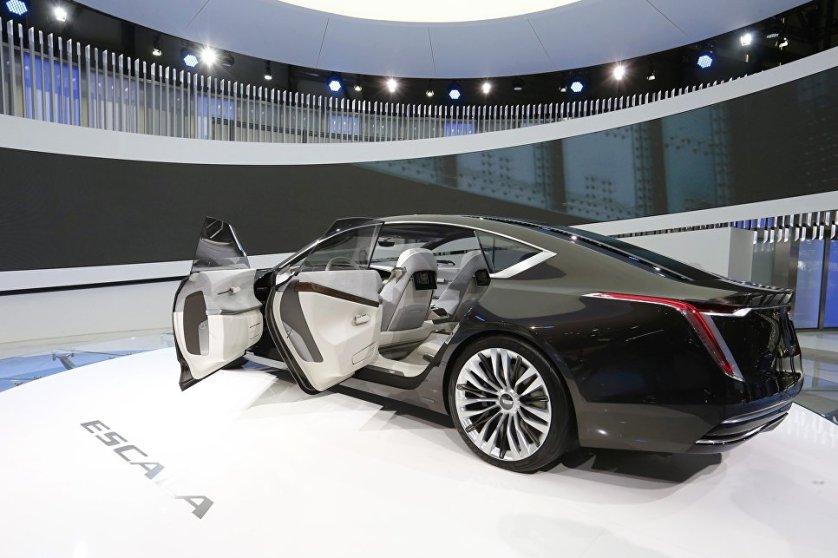 Концепт-кар Escala демонстрирует новый этап эволюции в дизайне Cadillac. Элементами модели стали изогнутые OLED-экраны, алюминиевый декор, переходящий в дерево, и как дань моде - обивочная ткань, заменившая кожу.
