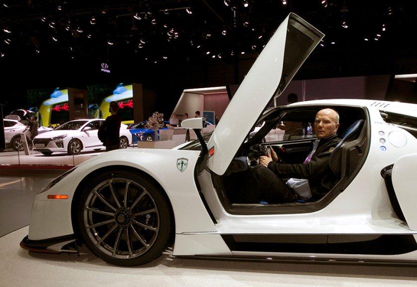 Коллекционер автомобилей и глава компании Scuderia Cameron Glickenhaus Джеймс Гликенхаус представил на автосалоне в Женеве дорожную версию спорткара SCG 0003S.