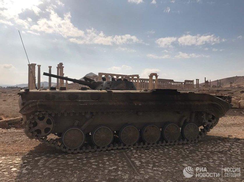Сирийская артиллерия в свою очередь открыла огонь по координатам расположения террористов и их автоколонн, когда те пытались скрыться к северу от Пальмиры и бежать в сторону Дейр-эз-Зора.