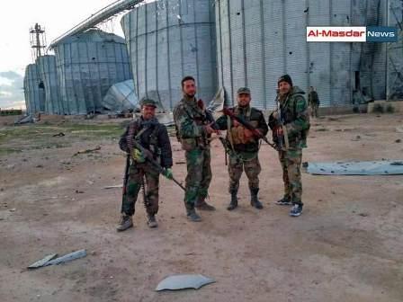 Сирийские военные в районе элеватора вечером 13 марта.