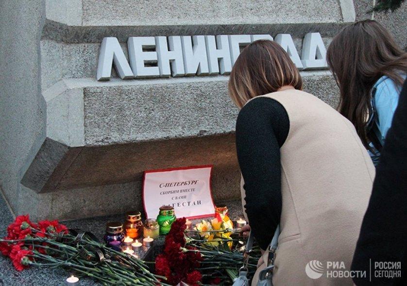 Участники севастопольской акции памяти о погибших в результате взрыва в Санкт-Петербурге.