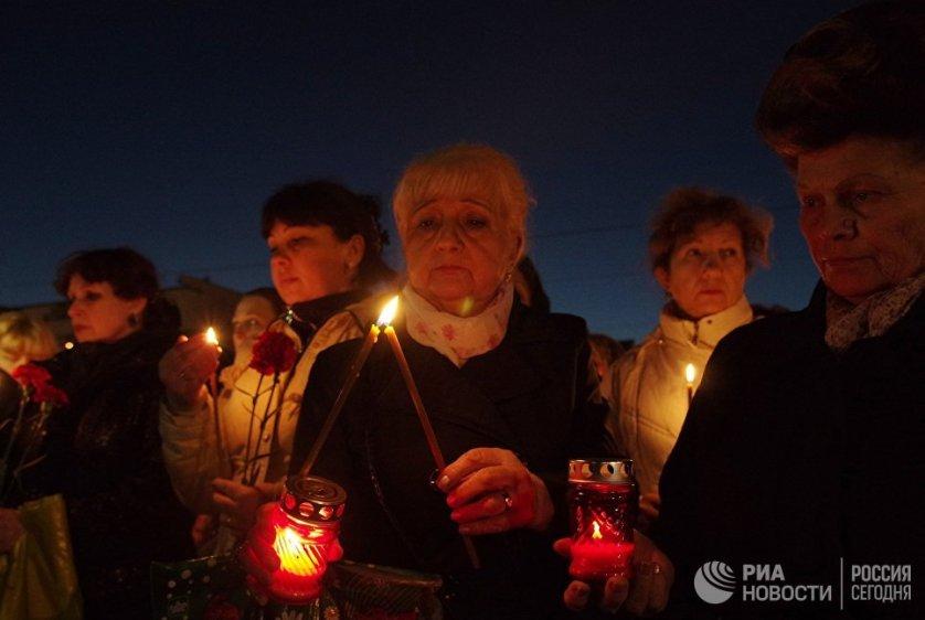 Акция памяти по погибшим в Петербурге на площади Ленина в Симферополе.