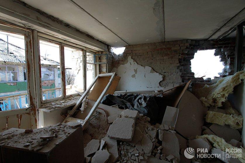 Разрушенная в результате обстрелов украинскими силовиками квартира жилого дома на улице Привокзальной.