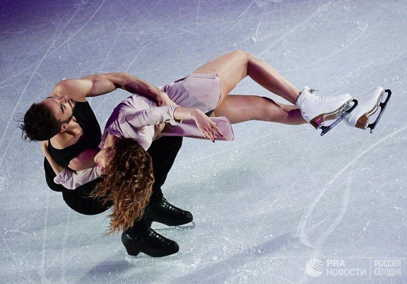 Спортсмены из Франции Габриэлла Пападакис и Гийом Сизерон, занявшие 2-е место в танцах на льду, во время показательных выступлений чемпионата мира по фигурному катанию в Хельсинки.