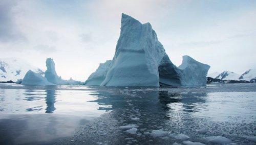 Ученые выяснили, почему Антарктида покрывается гигантскими трещинами