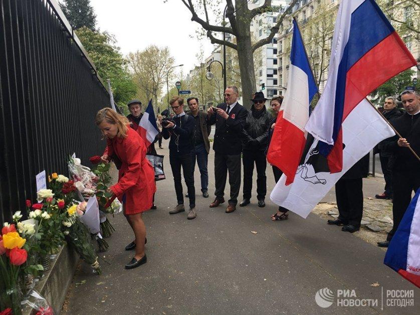 """В Париже во вторник у российского посольства прошел митинг памяти по погибшим в результате взрыва в Санкт-Петербурге. """"Мы хотим засвидетельствовать свою дружбу, свою близость с Россией и ее народом"""", — рассказал организатор акции Андре Шанклю."""