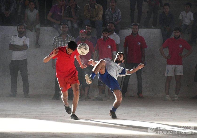 Футбольный матч между командами сотрудников общества Красного Креста и Красного Полумесяца и студентами в Дейр-эз-Зоре.