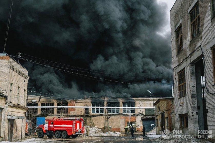 Сотрудники пожарной службы МЧС тушат пожар в производственном здании в Иваново.