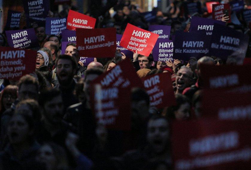 Порядка двух тысяч человек вышли на улицы в азиатской части города, в районе Кадыкея.