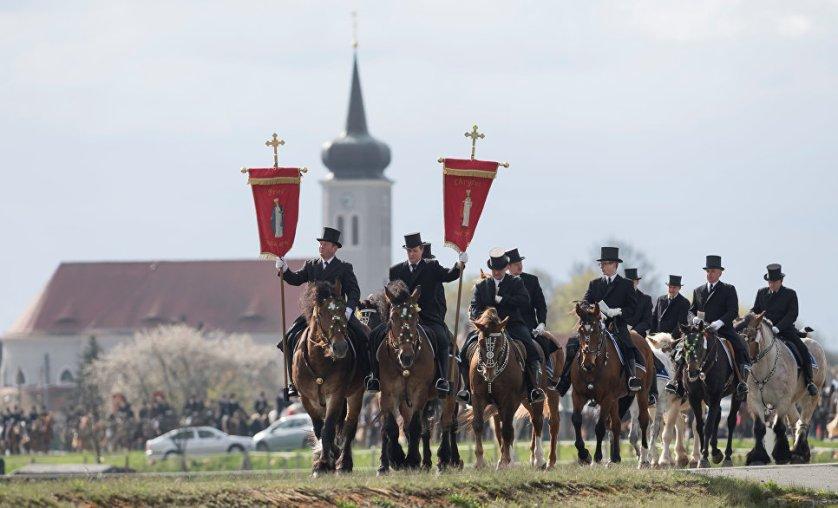 Утром в Пасхальное воскресенье после богослужения дети и молодежь обходят дома с песнями и поздравлениями.  На фото: пасхальное шествие всадников в Германии.