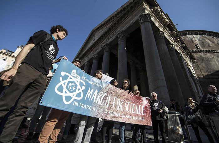 Марши в защиту науки прошли в сотнях городов мира