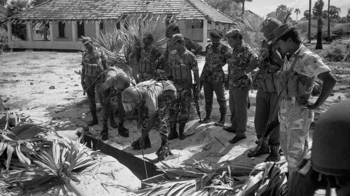 Шри-Ланка. 1 января 1991 г. Вооруженный конфликт в Шри-Ланке. Разминирование саперами ланкийской армии укрепленных позиций экстремистов группировки Тигров освобождения Тамил Илама (ТОТИ) около практически полностью покинутого мирным населением города Талайманар на северной оконечности острова.