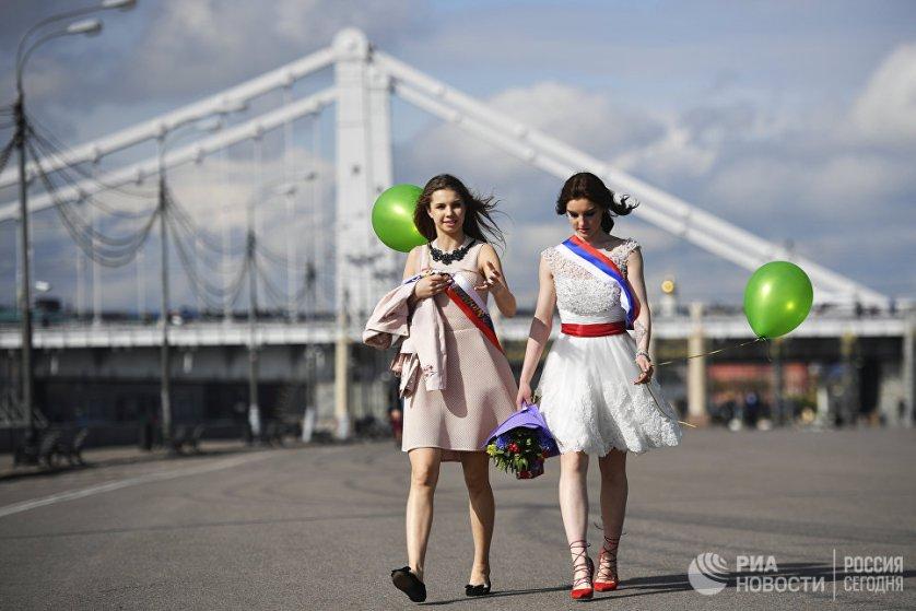Последние звонки традиционно проводят в российских школах 25 мая. Скоро школьники начнут сдавать выпускные экзамены и подавать заявления в вузы.