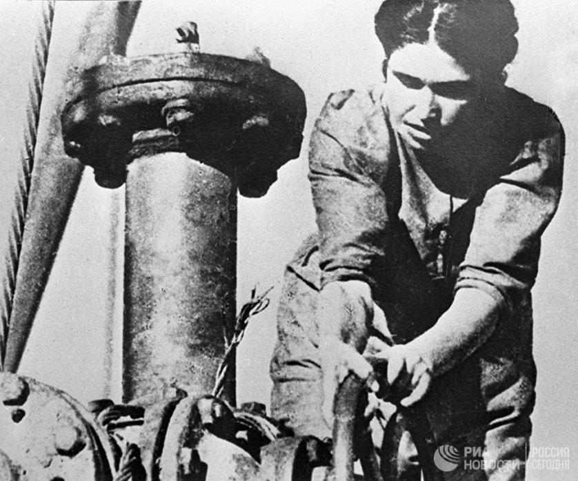 Часто женщины занимали рабочие места ушедших на фронт мужчин. Это происходило даже в традиционно мужских профессиях. На фото: женщина-оператор на Бакинских нефтяных промыслах.