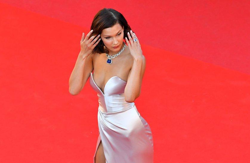 Топ-модель Белла Хадид появилась перед публикой в атласном светло-розовом платье с разрезом от Alexandre Vauthier.