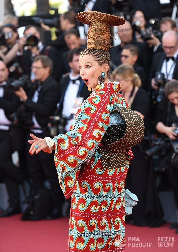 Испанская актриса Виктория Абриль надела необычное кимоно в этнических узорах. В то время как другие звезды стремятся блеснуть нарядами знаменитых дизайнеров, Абриль из года в год удивляет публику экстравагантными нарядами.