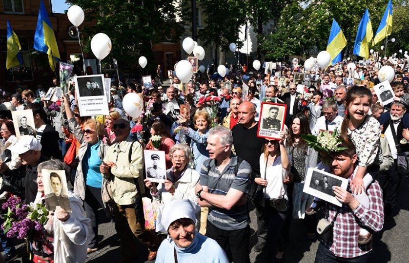 Жители Киева вышли на улицы города, чтобы почтить память павших в Великой Отечественной войне. Неизвестные распылили в колонне слезоточивый газ и требовали пришедших снять Георгиевские ленточки